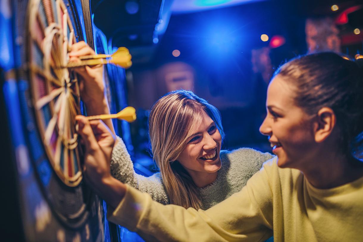 Junge Frauen beim Dartspielen