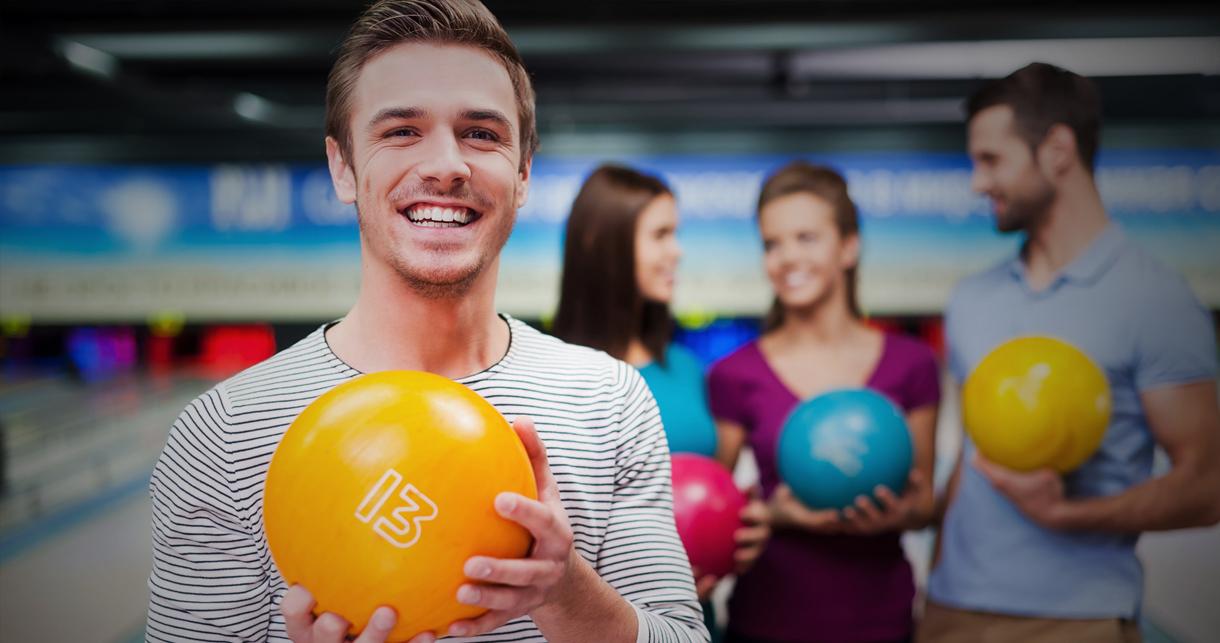 Junge Menschen beim Bowling